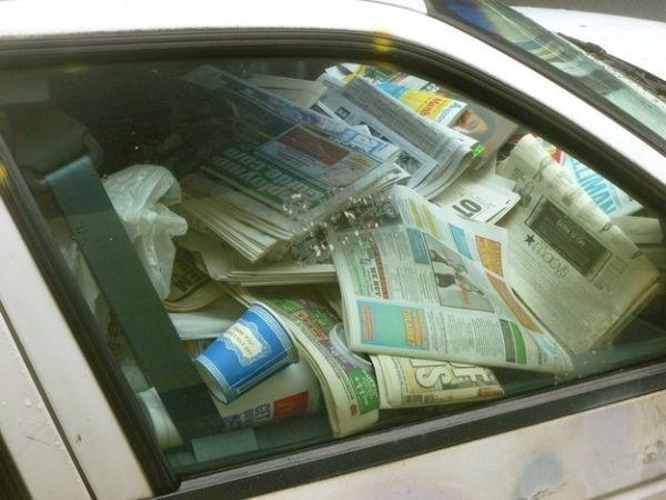 auto piena di giornali