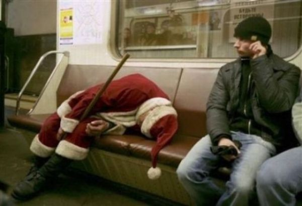 Babbo Natale addormentato in metro