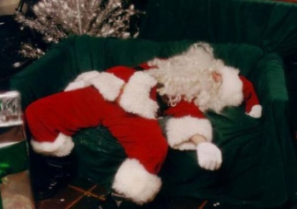 Babbo Natale sbronzo sul divano