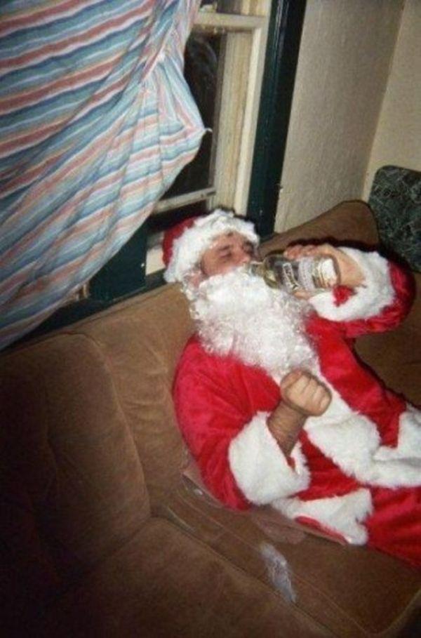 Babbo Natale steso con bottiglia