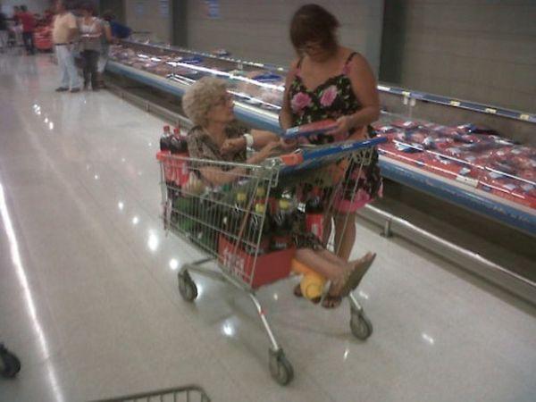 Nonna nel carrello