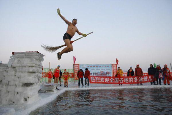 Salto nuotatore con scopa