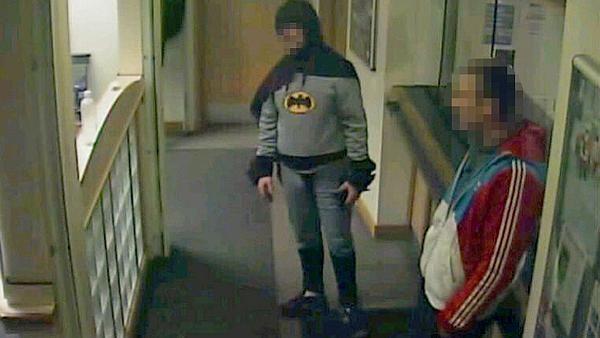 Batman consegna ladro al commissariato