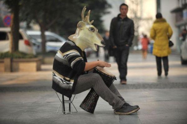 Uomo con maschera cervo