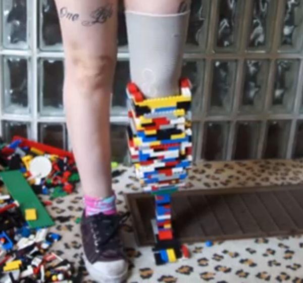 Christina Stevens con gamba di Lego 2
