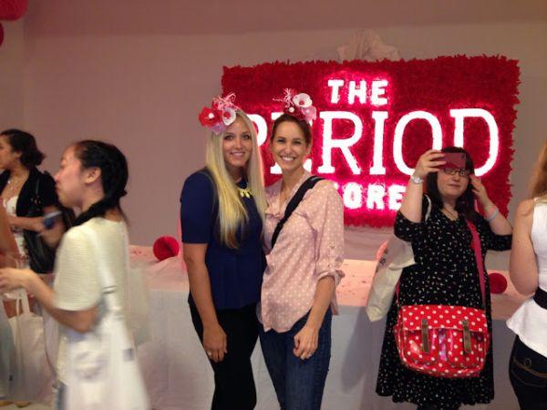 Feste Period Store: ragazze con cappellini-tampone