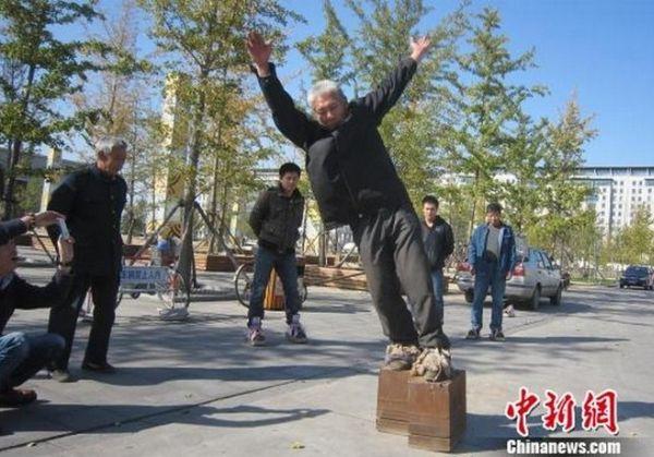 Zhang Fuxing con le scarpe di ghisa