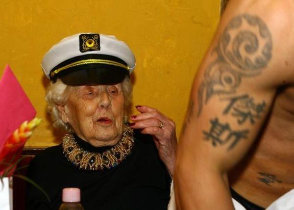 Doris Deahardie con spogliarellista 3
