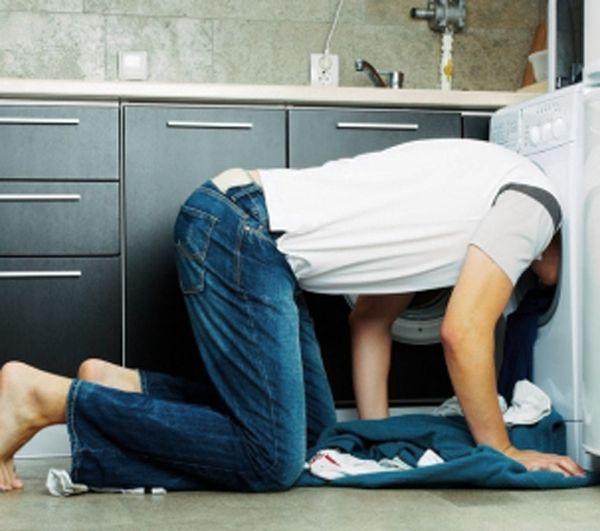 uomo nella lavatrice