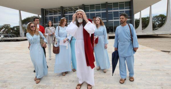 Inri Cristo con seguaci 3