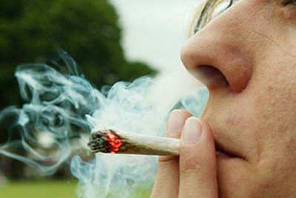 mamma fuma marijuana