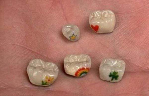tatuaggi sui denti: fiori e cuori