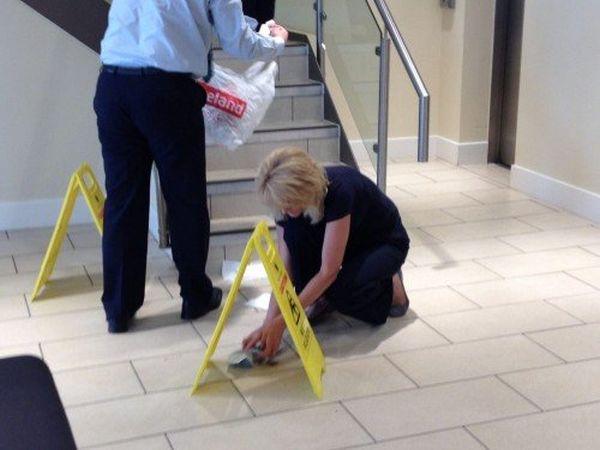 Impiegati puliscono banca dalla cacca