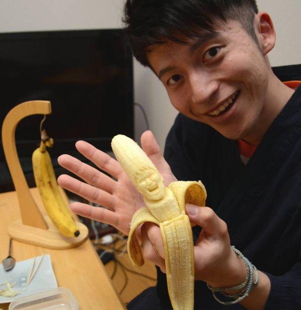 Keisuke Yamada con una scultura di banana