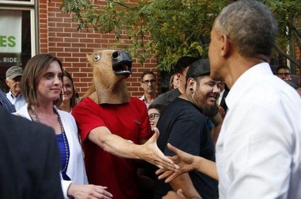 Obama stringe la mano a uomo-cavallo 1