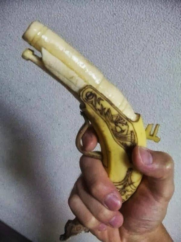 scultura-banana: pistola