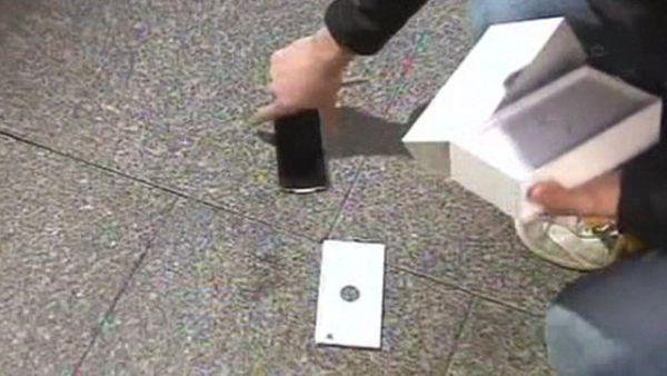 Compra  nuovo iPhone 6 ma gli cade subito