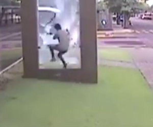 un ragazzo distrugge una vetrata per prendere bus