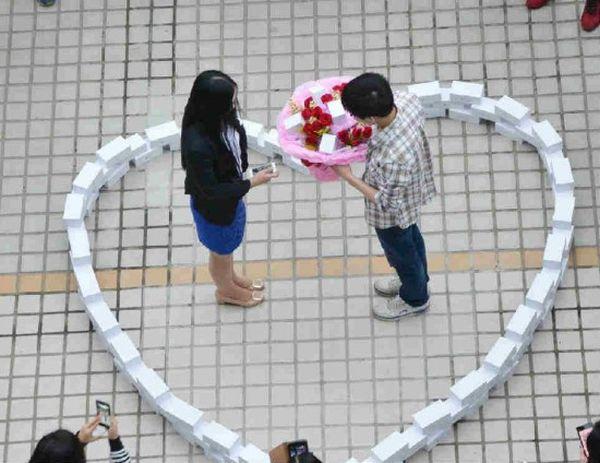 Una proposta di matrimonio con 99 iPhone