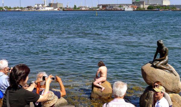 Uwe Max Jensen posa accanto statua Sirenetta