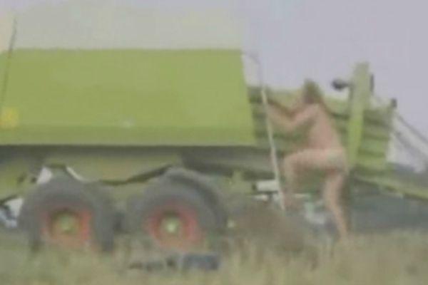 agricoltore nudo imballa se stesso