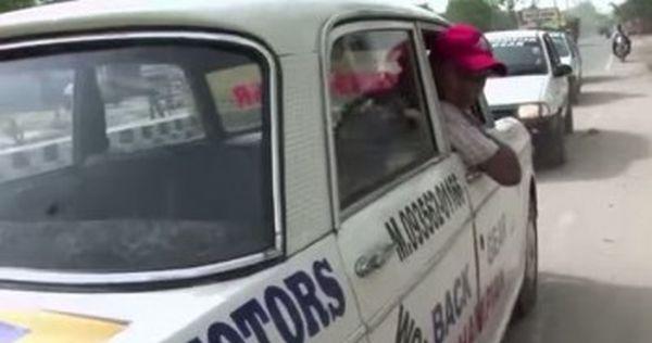 Tassista indiano guida solo in retromarcia
