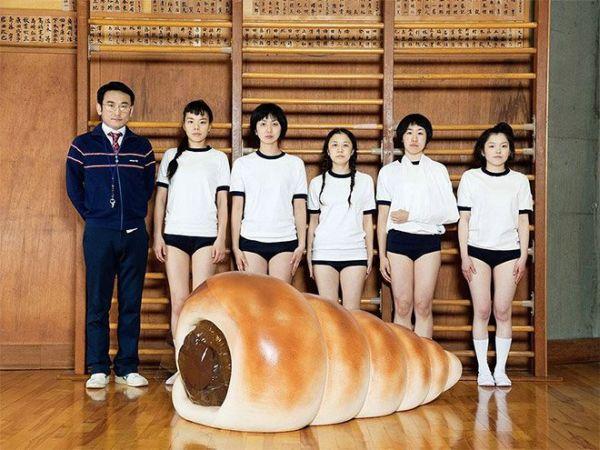 ragazze della pallavolo e cannolo gigante