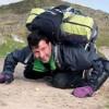 Stuart Kettell spinge cavoletto su per la montagna