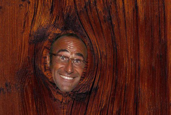 Carlo Conti in un tronco d'albero