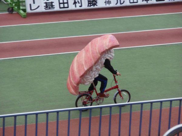 uomo-sushi in bicicletta