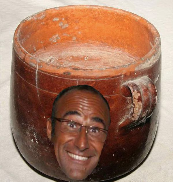 Carlo Conti in un vaso di terracotta